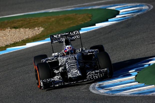 Ricciardo e seu Red Bull camuflado na pista de Jerez (Divulgação)