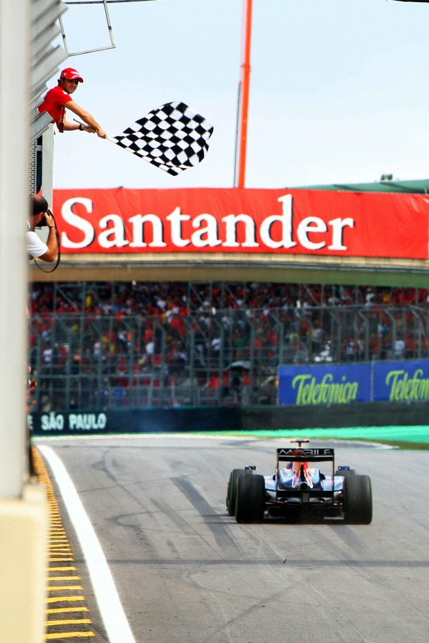 Massa dá a bandeirada para Webber no GP Brasil de 2009 (Divulgação)